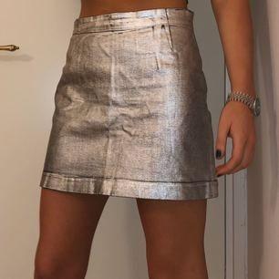 Kjol från weekday. Extremt tjock och härligt material vilket gör så man får en fin figur! Kjolen är silvrig! Använd en gång så är som ny!