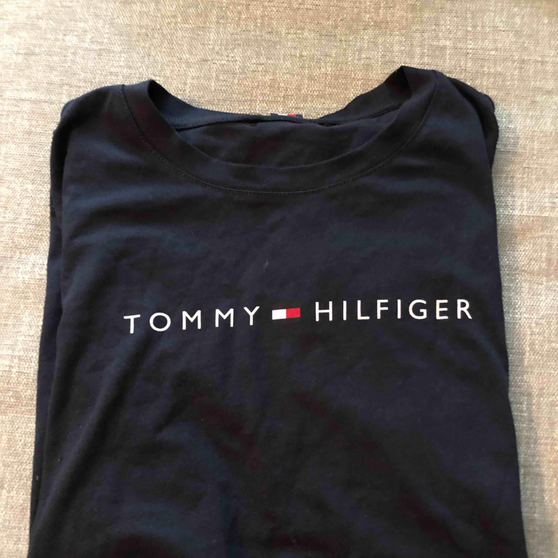 Tommy Hilfiger t-shirt. Väldigt bra skick, i princip oanvänd.. T-shirts.