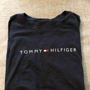 Tommy Hilfiger t-shirt. Väldigt bra skick, i princip oanvänd.