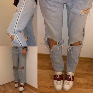 Slitna jeans från Zara. Mycket populära! Super snygga och sköna.