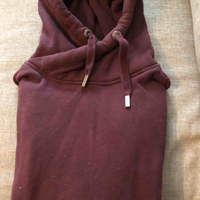 En hoodie från Superdry. Bra skick.. Huvtröjor & Träningströjor.
