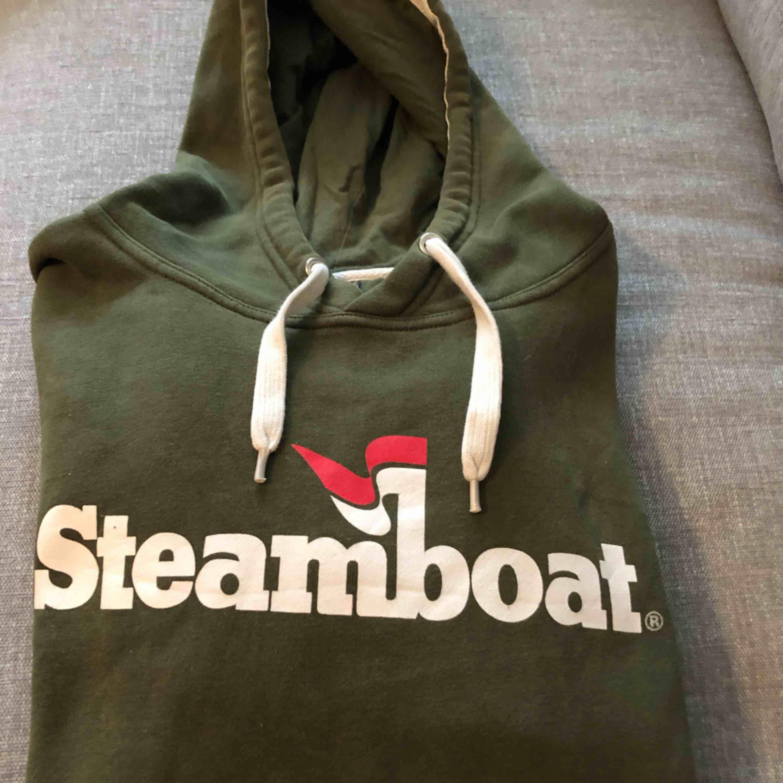 En hoodie från Steamboat.. Huvtröjor & Träningströjor.