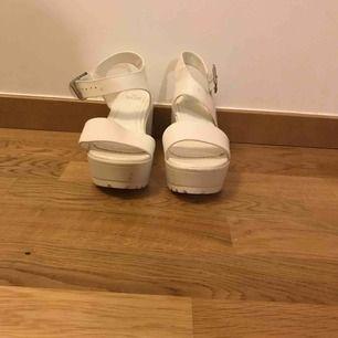 Helt oanvända vita högklackade skor från skopunkten. Storlek 36. Möts på Kungsholmen eller så får köparen betala frakten