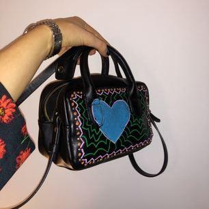 Väsk från Zara, som jag ritat på. Otroligt rymlig, men tar ej mycket plats.
