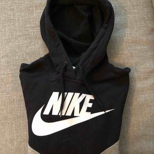 Jättefin hoodie från Nike. Använd ett fåtal gånger.