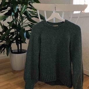 En jättefin stickad tröja från H&M passar perfekt nu till vintern/hösten. Jätte fina ballong ärmar, det är en XS men den är stor i storleken så skulle säga att den även passar en S/ mindre M. 79kr i frakt<3 Hmu vid intresse eller eventuella frågor