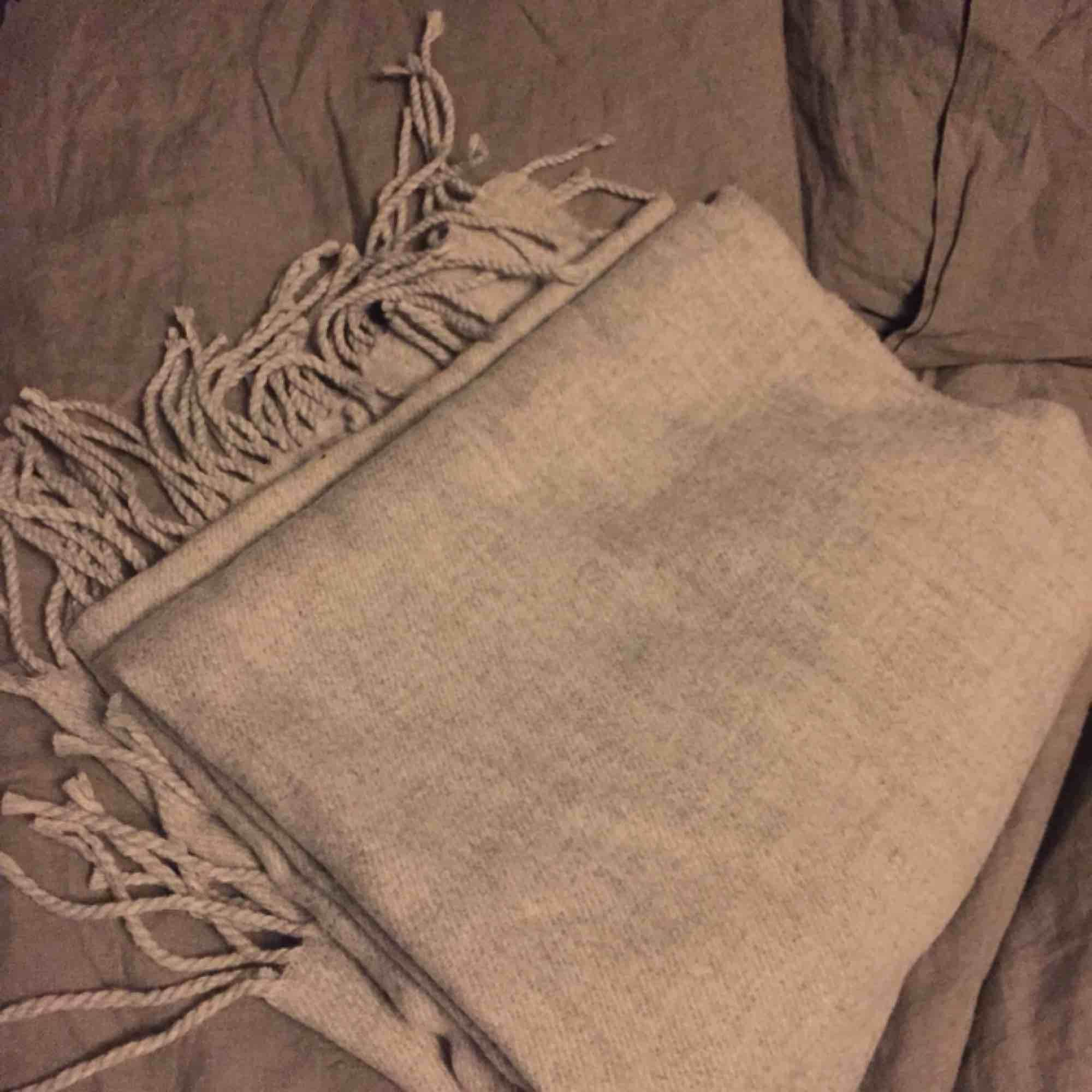 Ljusgrå halsduk helt oanvänd, endast provad i butik. . Accessoarer.