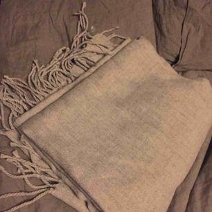 Ljusgrå halsduk helt oanvänd, endast provad i butik.