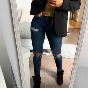 Jeans från ginatricot! Skitsnygga med slitningar, nypris var 499 kr. De är i storlek 25 och längd mässigt passar dom mig som är 163 cm lång. Frakt tillkommer 🥰🥰🥰