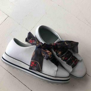 Vita sneakers med scarf liknande snöring! Aldrig använda! Dm vid intresse 🥰
