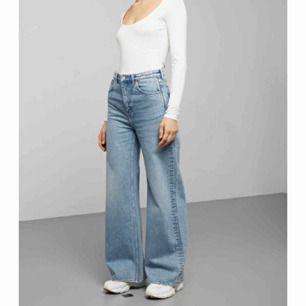 Hej,  Säljer nya weekday jeans, använda max 3 gånger, tvättade 1 gång säljer då de tyvärr är för långa och har beställt i längden kortare  Modell: Ace Färg: Air blue