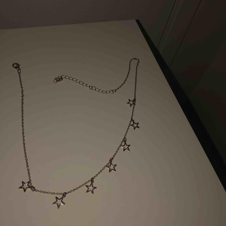 Snyggt halsband med stjärnor!!!!! Obs.Kedjan är guld men har blivit lite silvrig på vissa ställen  . Accessoarer.