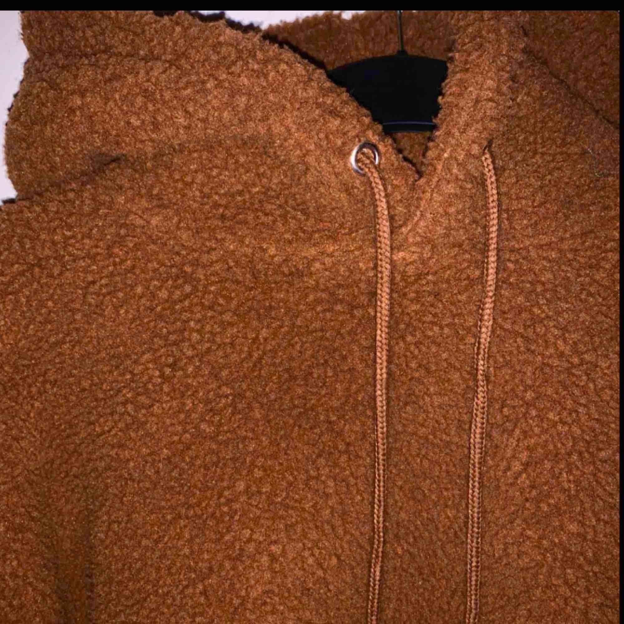 Jätte mysig munkjacka! Helt oanvänd därav så gott som ny.  . Huvtröjor & Träningströjor.