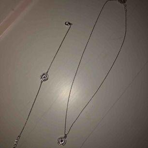 Lily and rose halsband och armband  Knappt använda och nypris var 299 kr/styck  Säljer för 180 kr/st