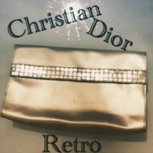 Vintage Dior Clutch/Makeupbag-Inristning på insidan vid knäppningen. Inköpt secondhand så inget äkthetsintyg finns därav billigare pris, samt att jag flyttar i slutet av OKT.nu så köp innan vid intresse! Fri Frakt!!!!