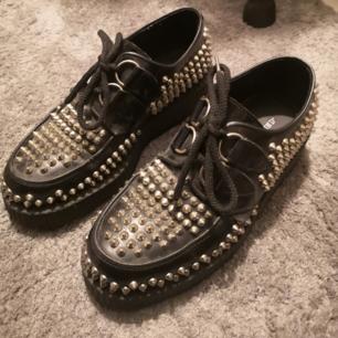 Skit coola platå skor fullt med nitar. Nypris 3000. Stått o samlat damm i 1 år, annars som nya - förutom 1 ynka liten nit som trillat av.  Snören är hela, inte slitna.  Kan fraktas.