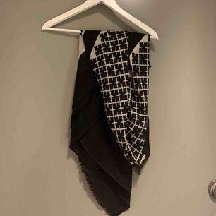 Knappt använd sjal från Marlene Birger. Jättefint skick. Nypris 895kr. Köpt på Marlene Birger butiken i Stockholm. Svart/Cremevit