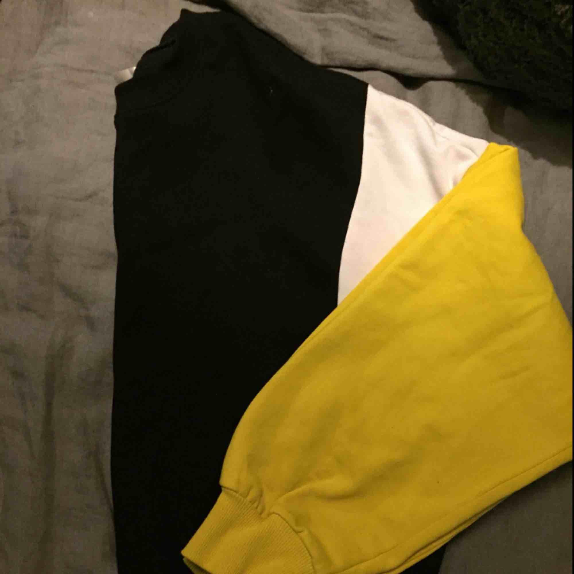 Sweatshirt/hoodie i gott skick. Lite kortare i modellen. . Huvtröjor & Träningströjor.