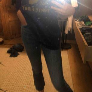 Säljer ett par kickflare jeans från Zara! Super snygga men kommer inte till användning. Möts upp i Sthlm eller så står köparen för frakten!