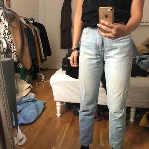Dr.denim jeans köpta på Carlings. Passformen är som momjeans. Bra skick och inte så använda, just därför jag säljer dem! Väldigt mjuka i materialet.