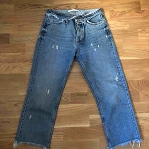"""Trekvartjeans som är """"slitna"""" från Zara. Bra skick. Går till smalbenen."""