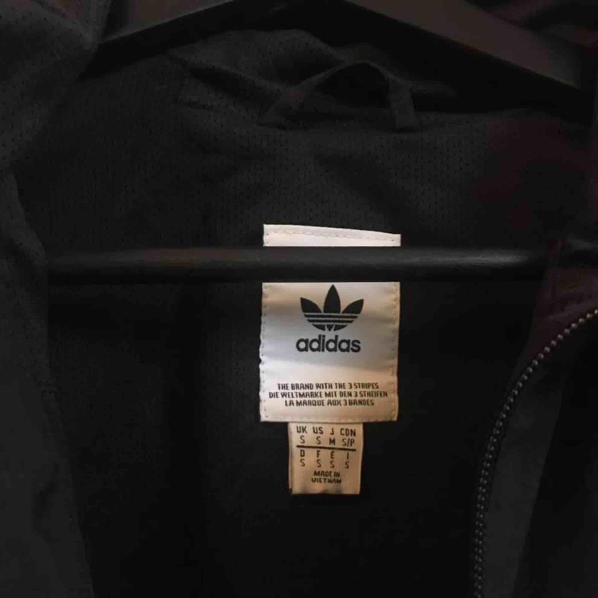 Tunnare jacka från adidas, endast använd ca tre gånger. Storlek small herrstorlek. Passar både killar och tjejer. . Jackor.