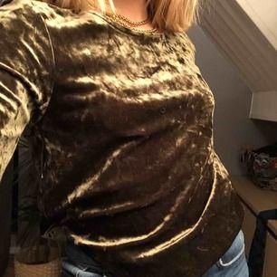 Skit snygg mörk grön tröja i sammet! Helt ny, möts upp och fraktar!😘