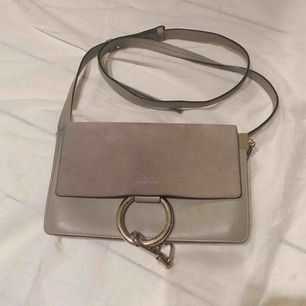 Säljer min äkta chloe väska köpt i Paris, Printemps. 18 x 24 cm Nypris: 975 euro/ 10620 kr Väskan är i fint skick och sparsamt använd.  Kvitto och äkthetsbevis medföljer.