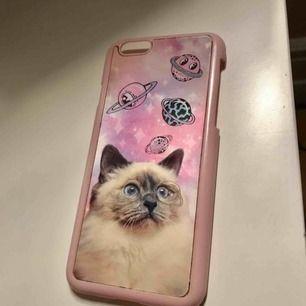 Säljer detta jättegulliga iPhone skal som passar till 6/7/8, skalet skiftar utseende som man kan se på bilderna 🐱 frakt: 9kr