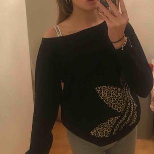 Cool svart sweatshirt med adidasmärke i leopardmönster!! Köpt på secondhand och lappen är avklippt men skulle säga att den passar allt från xs till m. I jättefint skick 💕 skriv gärna för frågor