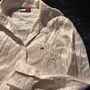 Tommy Hilfiger skjorta som glänser, köparen står för frakt på 40kr✨