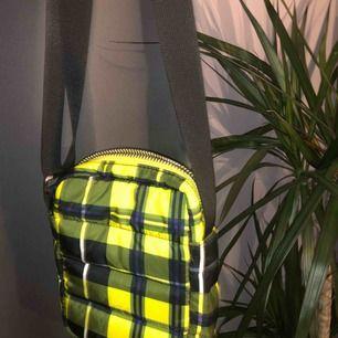 Säljer denna as balla väska från Weekday! Den är helt ny och aldrig använd! Möts upp och fraktar!😘