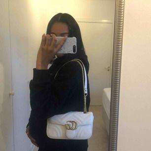 Helt ny inspirerat Gucci väska i vit färg, säljer pågrund av jag inte använder den.  Tar swish, spårbar frakt 65kr