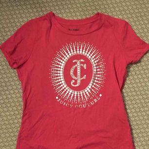 En rosa t-shirt köpt på en juicy couture butik i London för ungefär ett år sedan. Knappt använd!