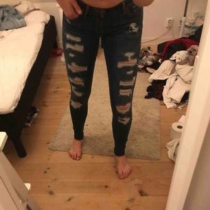 Strl 36, fina jeans i nyskick, använda 3-4 ggr, HOLLISTER, skönt material (väldigt stretchiga) så de är väldigt sköna att ha på sig.