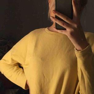 En gul jumper från Pull & Bear i storlek xs.