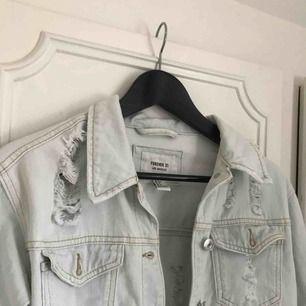 Jeansjacka med slitningar från Forever 21, nästan oanvänd, ser ut som ny.