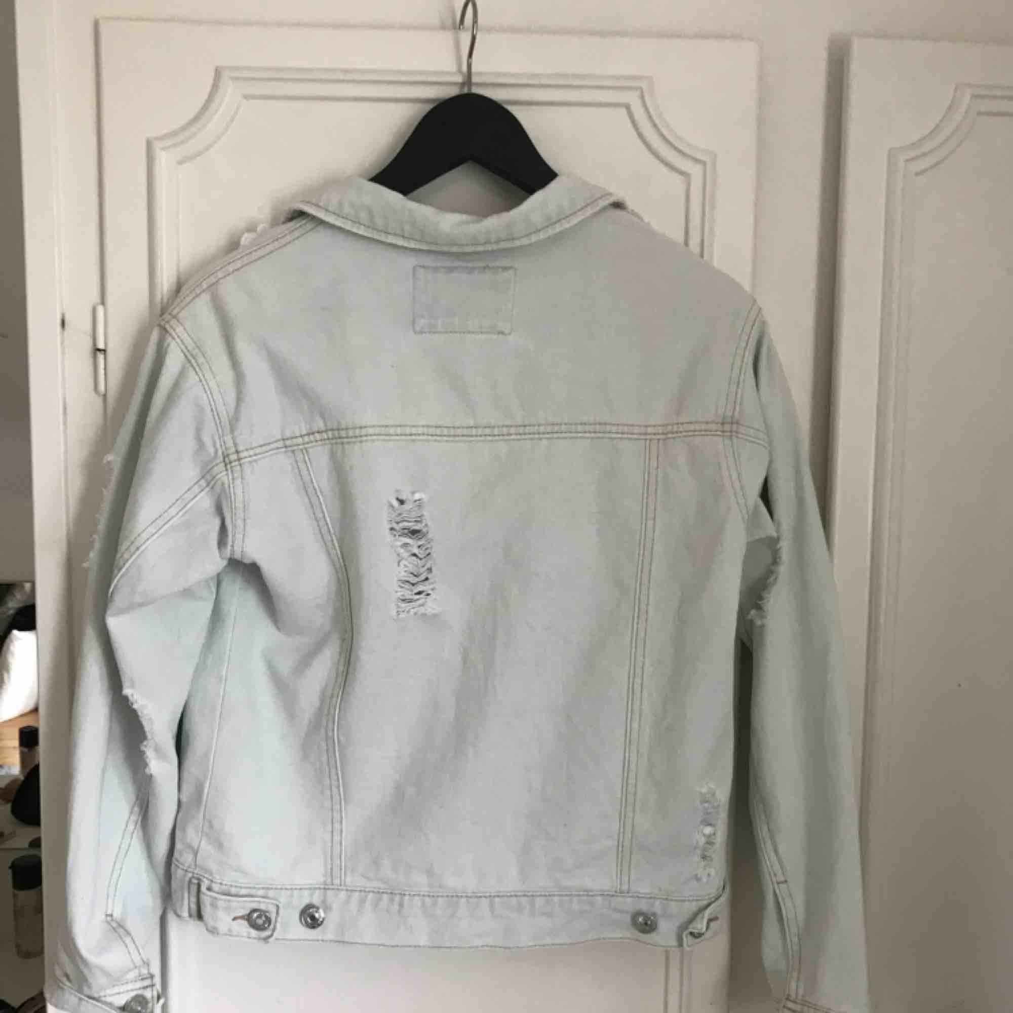Jeansjacka med slitningar från Forever 21, nästan oanvänd, ser ut som ny.. Jackor.