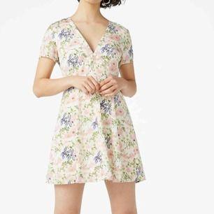 Blommig klänning från Monki. Jättefin! V-ringad med dragkedja i ryggen. Storlek S.   Kan posta för 49kr. Har swish 💸