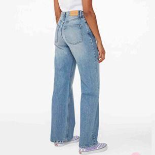 Jeans från på Monki i modellen Yoko. Sparsamt använda! Storleken motsvarar strl M🌸  Frakten ingår i priset!