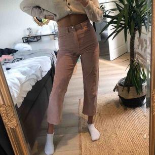 Gina Tricot rosa Manchester byxor! Hög midja och ankel längd. Storlek 34 men stora i storleken skulle säga 36!
