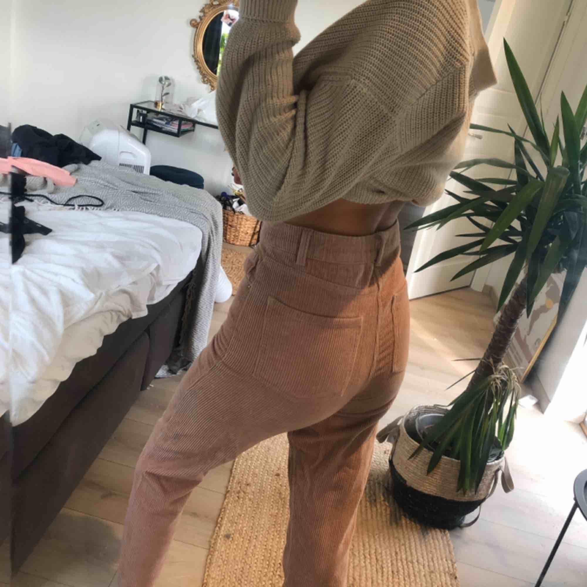 Gina Tricot rosa Manchester byxor! Hög midja och ankel längd. Storlek 34 men stora i storleken skulle säga 36! . Jeans & Byxor.