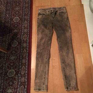 Ett par rostbruna jeans i storlek 28