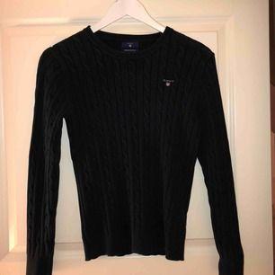 Fin mörkblå kabelstickad tröja ifrån Gant. Säljer pga inte min stil längre, köparen står för frakten