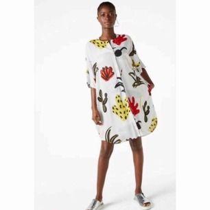Jättefin skjortklänning från Monki. Den har knappar framtill och fickor. Vid modell. Storlek S, men passar upp till L.   Skickar för 55kr. Har swish. 💸