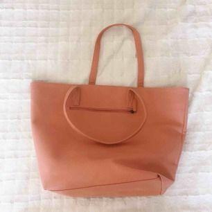 Oanvänd väska ifrån okänt märke. Den är sor och rymmer mycket 💖