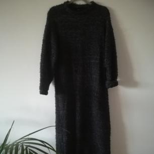 Lång mysig klänning från monki