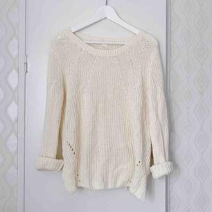 Gräddvit stickad tröja från H&M. Använd fåtal gånger. Frakt tillkommer. Strl M.