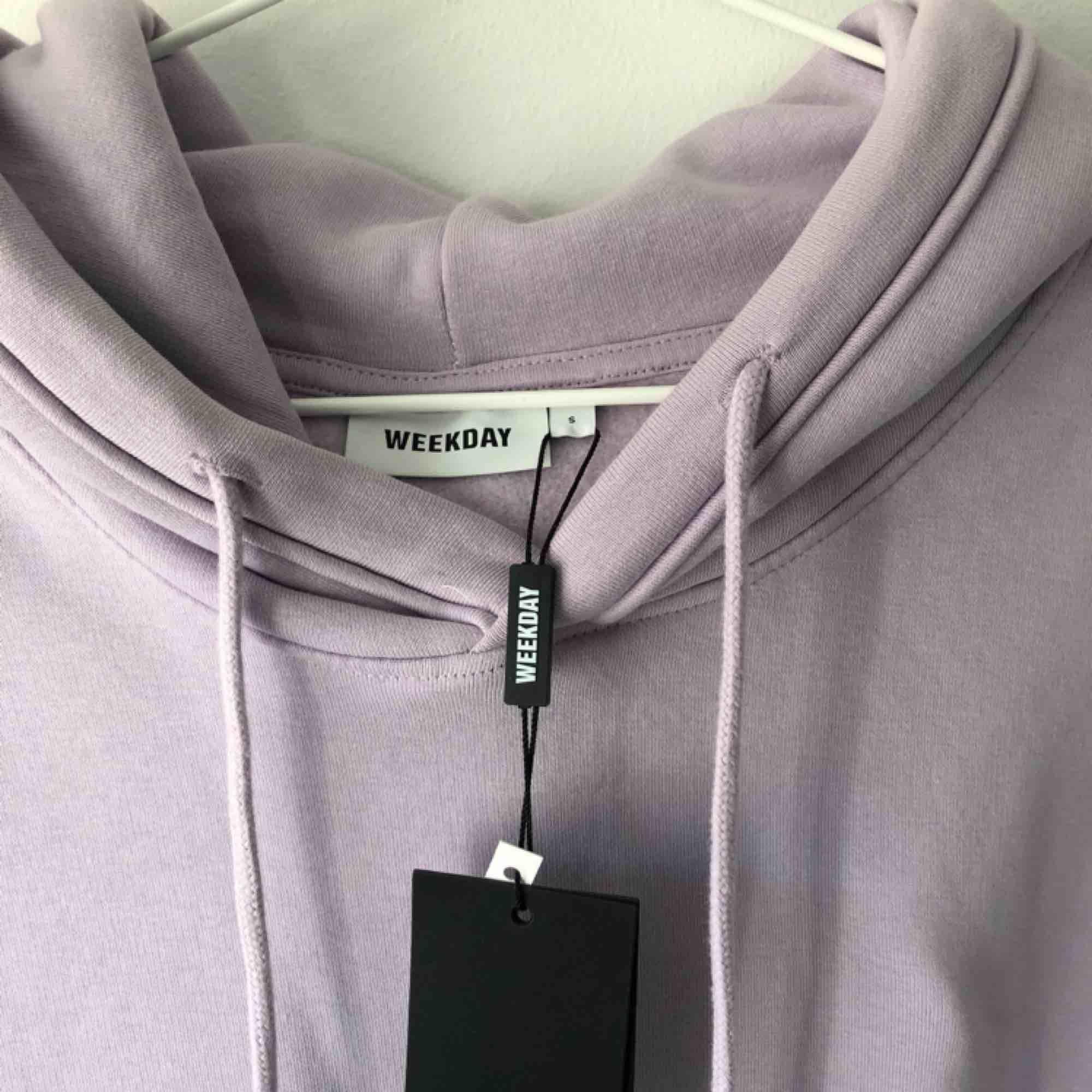 Helt ny hoodie från Weekday. Frakt tillkommer! Budgivning  . Huvtröjor & Träningströjor.