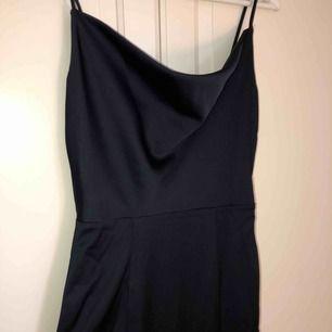 Skitsnygg klänning med superfin finish! Inköpt för ca 700kr till en bal men kom aldrig till användning då och har inte gjort sen dess :// från Asos! Ingen frakt!! 🌷